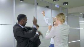 Glückliches Geschäftsteam, das Sieg im Büro feiert stock video footage