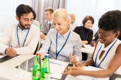 Glückliches Geschäftsteam an der Internationalen Konferenz Stockfotografie