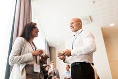 Glückliches Geschäftsteam an der Internationalen Konferenz Stockfoto