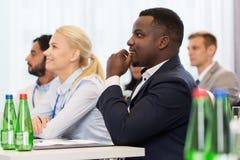 Glückliches Geschäftsteam an der Internationalen Konferenz Lizenzfreies Stockfoto