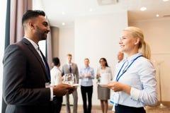 Glückliches Geschäftsteam an der Internationalen Konferenz Lizenzfreie Stockfotografie