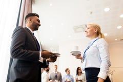 Glückliches Geschäftsteam an der Internationalen Konferenz Stockbild