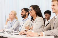 Glückliches Geschäftsteam an der Internationalen Konferenz Stockfotos