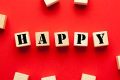 Glückliches geschrieben auf Würfel stockbild