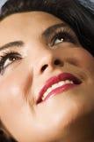 Glückliches Gesicht der jungen Frau, das oben schaut Lizenzfreie Stockbilder