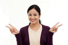 Glückliches Gestikulieren der jungen Frau offene Hände Lizenzfreie Stockfotografie