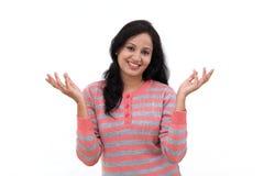 Glückliches Gestikulieren der jungen Frau offene Hände Lizenzfreies Stockbild