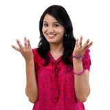 Glückliches Gestikulieren der jungen Frau offene Hände Stockfotografie