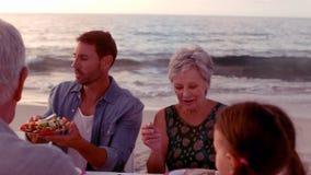 Glückliches Großfamilieessen stock video