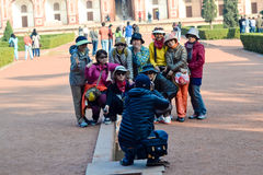 Glückliches Gruppenfoto, asiatische Touristen, Delhi, Indien lizenzfreie stockfotos