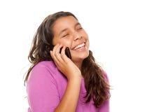 Glückliches hübsches hispanisches Mädchen auf Handy Stockfotos