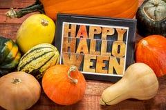 Glückliches Halloween auf Tablette mit Kürbis Lizenzfreie Stockbilder