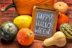 Glückliches Halloween auf Tafel mit Kürbis Stockfotografie
