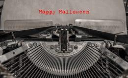 Glückliches Halloween gedruckt auf einer Weinleseschreibmaschine Stockbild