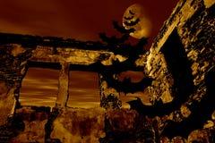 Glückliches Halloween. Hiebe fliegen über die alte Ruine Stockfoto