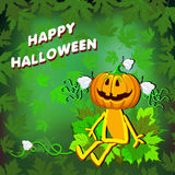 Glückliches Halloween mit einem Kürbismädchen in den Blättern auf einem grünen Hintergrund Stockfotos