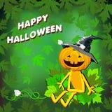 Glückliches Halloween mit Kürbishut in den Blättern auf einem grünen Hintergrund Stockfotos