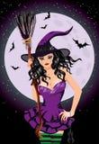 Glückliches Halloween Nachthexe mit Besenstiel Stockbilder