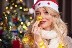 Glückliches herrliches blondes Mädchen nahe bei Weihnachtsbaum Lizenzfreies Stockfoto