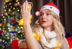 Glückliches herrliches blondes Mädchen nahe bei Weihnachtsbaum Lizenzfreies Stockbild