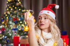 Glückliches herrliches blondes Mädchen nahe bei Weihnachtsbaum Lizenzfreie Stockfotos