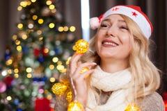 Glückliches herrliches blondes Mädchen nahe bei Weihnachtsbaum Stockfoto