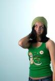 Glückliches HIPPI-Mädchen mit Schal auf Haar Stockfoto