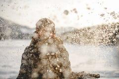 Glückliches Hippie-Mädchen im Schnee Lizenzfreie Stockbilder