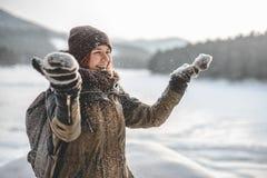 Glückliches Hippie-Mädchen im Schnee Stockfotos