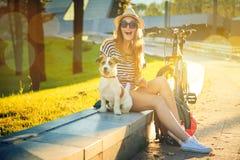 Glückliches Hippie-Mädchen mit ihrem Hund in der Stadt lizenzfreie stockfotografie