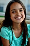 Glückliches hispanisches Mädchen Stockfoto
