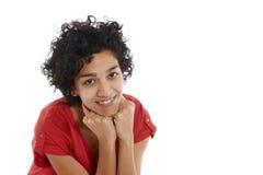 Glückliches hispanisches Mädchenlächeln überzeugt an der Kamera lizenzfreies stockbild