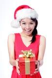 Glückliches Holdinggeschenk des schönen Weihnachtsmädchens Stockfotos