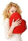 Glückliches Holdinginneres der jungen Frau. Valentinsgrußtag. Stockfoto