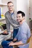 Glückliches homosexuelles Paarlächeln lizenzfreie stockfotografie