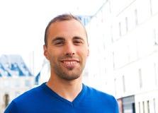 Glückliches im Freienportrait der lächelnden jungen Männer lizenzfreie stockbilder