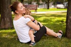 Glückliches im Freienspielen des Kindes und der Frau Stockfotos