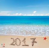 Glückliches 2017 im Sand Lizenzfreie Stockbilder