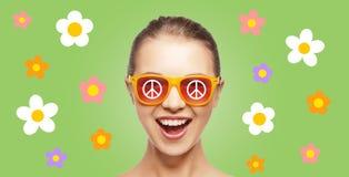 Glückliches Jugendhippiemädchen in den Schatten mit Friedenszeichen Stockbilder