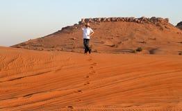 Glückliches jugendlich in einer Wüste Lizenzfreie Stockbilder