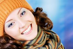 Glückliches jugendlich im Winterkonzept Stockfoto