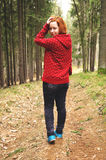 Glückliches jugendlich Mädchen auf Weg im Wald Lizenzfreies Stockfoto