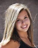 Glückliches jugendlich Mädchen mit großem Lächeln Stockfotografie