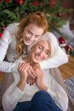 Glückliches jugendlich Mädchen mit ihrer Großmutter lizenzfreie stockfotografie