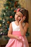 Glückliches jugendlich Mädchen nahe verziertem Weihnachtsbaum stockfotos