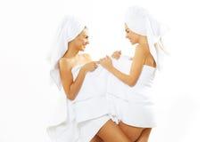 Glückliches jugendlich Mädchen zwei nach Dusche Lizenzfreie Stockfotografie