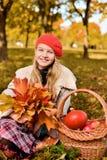 Glückliches Jugendlichlächeln Herbstporträt des schönen jungen Mädchens im roten Hut lizenzfreie stockfotos