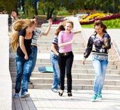 Glückliches Jugendlichlaufen stockbild