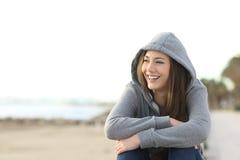 Glückliches Jugendlichmädchen, das draußen Seite betrachtet Lizenzfreies Stockfoto