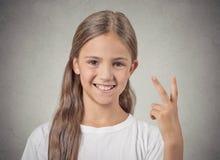 Glückliches Jugendlichmädchen, das Nummer zwei, Siegeszeichen gibt Stockfotografie